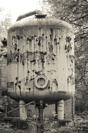 Oude silo voor zwembad chloor Stockfoto