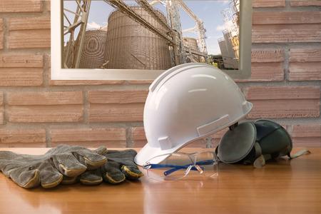 安全規格工場コンセプト、安全の作業テーブルの設定  古いヴィンテージのレンガの壁の背景