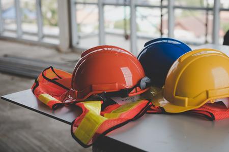 Een helm die op uw bureau zit in de bouw. Stockfoto