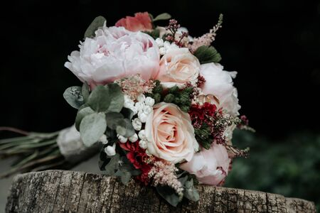 Nive bridal Wedding bouquet of roses with rings on wooden bench Stockfoto - 134867346