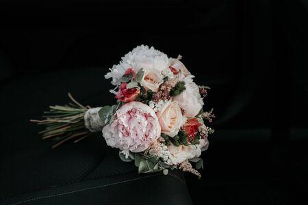 bridal bouquet in a car seat. black background Banque d'images - 132210156