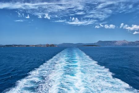 Wake van een veerboot. Het verlaten van het eiland Corfu in Griekenland.