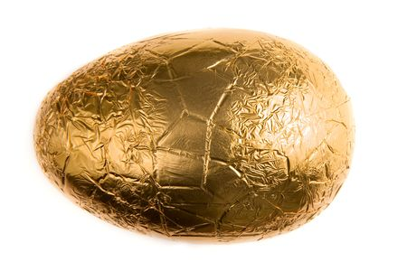 goldfolie: Ein Schokolade Easter-Egg, Blattgold umwickelt.