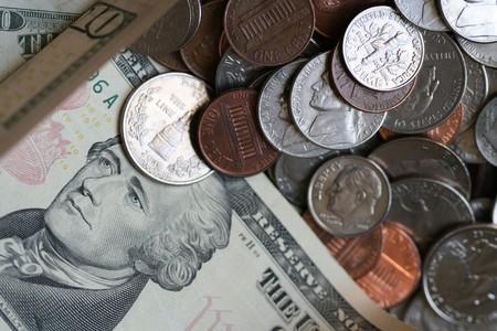 alexander hamilton: Un alzato un mucchio di US monete e banconote.