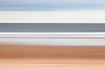 panning shot: Un colpo panoramica della spiaggia di Warkworth, Northumberland.
