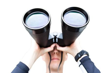 conclusion: Un disparo de gran angular de un hombre con unos prismáticos de gran tamaño. Diferenciales se centran en la parte frontal de los prismáticos. Aislado en blanco. Foto de archivo