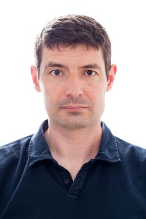 foto carnet: Una foto del pasaporte de un var�n de treinta blanco al final de una camisa polo azul oscuro Foto de archivo