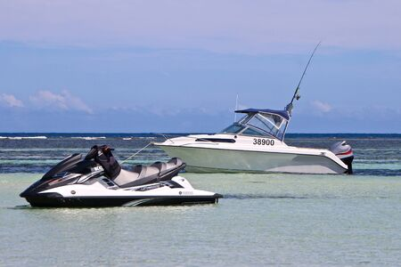 Motor Boat and Jet Ski in Beautiful Sea Standard-Bild
