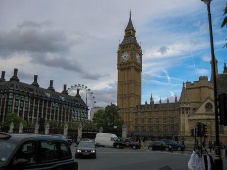 Big Ben et le Parlement à Londres tourné à jour nuageux au Royaume-Uni