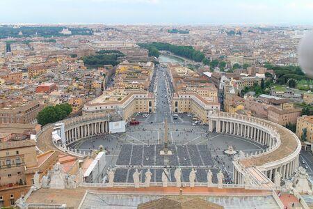 Vista aerea di Roma Italia, bellissima città vecchia piena di edifici storici, cattedrali e ponti. Scatto dal tetto della Basilica di San Pietro in Vaticano
