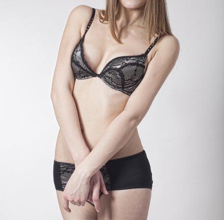 как женщина одевает бюстгальтер фото