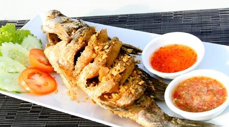 pescado frito: Lubina frita con ajo