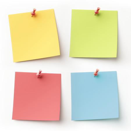 空白のカラフルな付箋紙を白で隔離