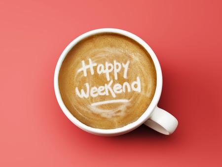 Gelukkig Weekend Koffie Cup Concept geïsoleerd op rode achtergrond