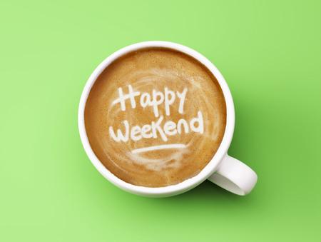 Happy Weekend Kaffeetasse Konzept isoliert auf grünem Hintergrund Standard-Bild