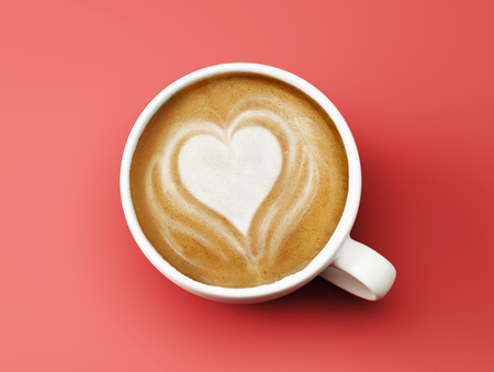forme: Coeur Coffee Cup Concept isolé sur fond rouge Banque d'images