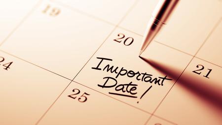 Primer plano de una fijación de una fecha importante por escrito con la pluma agenda personal. Las palabras Fecha importante por escrito en un cuaderno en blanco para que le recuerde una cita importante.