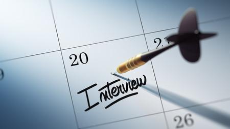 comunicacion oral: Concepto de imagen de un calendario con un palo dardo de oro. La Entrevista palabras escritas en un cuaderno en blanco para que le recuerde una cita importante.