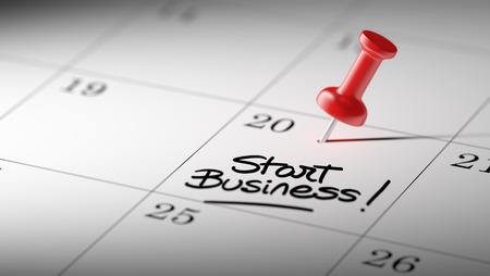 Konzeptbild eines Kalenders mit einem roten Stoßstift. Nahaufnahmeschuß einer Heftzwecke angebracht. Die Wörter beginnen das Geschäft, das auf ein weißes Notizbuch geschrieben wird, um Sie an einen wichtigen Termin zu erinnern.
