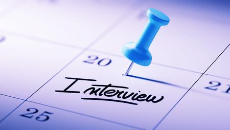 comunicacion oral: Concepto de imagen de un calendario con un alfiler azul. El primer tir� de una chincheta adjunto. La Entrevista palabras escritas en un cuaderno en blanco para que le recuerde una cita importante.