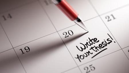 hipotesis: Primer plano de una fijación de una fecha importante por escrito con la pluma agenda personal. Escribir las palabras de su tesis escrita en un cuaderno en blanco para que le recuerde una cita importante.