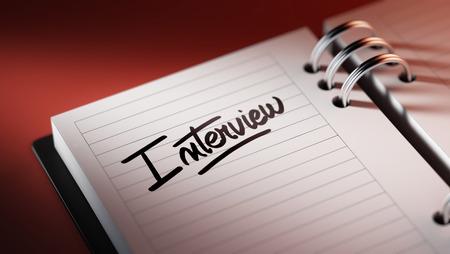 comunicacion oral: Primer plano de una fijaci�n de una fecha importante que representa el calendario agenda personal. La Entrevista palabras escritas en un cuaderno en blanco para que le recuerde una cita importante.