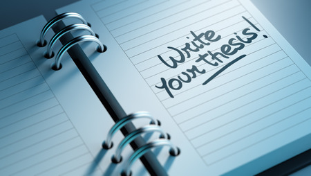 Primer plano de una fijación de una fecha importante que representa el calendario agenda personal. Escribir las palabras de su tesis escrita en un cuaderno en blanco para que le recuerde una cita importante.