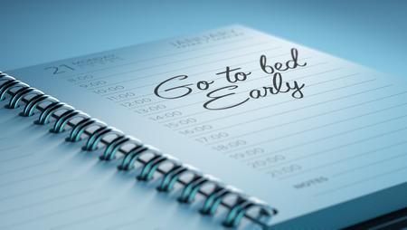 cansancio: Primer plano de una fijación de una fecha importante que representa el calendario calendario personal. Las palabras Ir a la cama temprano por escrito en un cuaderno en blanco para que le recuerde una cita importante.