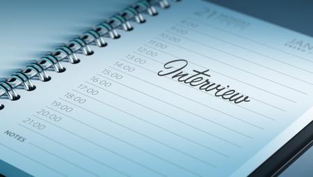 comunicacion oral: Primer plano de una fijaci�n de una fecha importante que representa el calendario calendario personal. La Entrevista palabras escritas en un cuaderno en blanco para que le recuerde una cita importante.