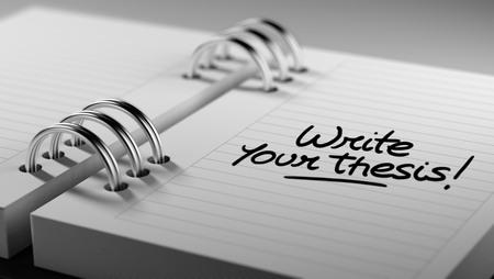 hipótesis: Primer plano de una fijación de una fecha importante que representa el calendario agenda personal. Escribir las palabras de su tesis escrita en un cuaderno en blanco para que le recuerde una cita importante. Foto de archivo