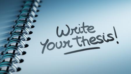 hipotesis: Primer plano de una fijación de una fecha importante que representa el calendario calendario personal. Escribir las palabras de su tesis escrita en un cuaderno en blanco para que le recuerde una cita importante.