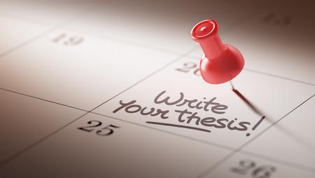 hipótesis: Concepto de imagen de un calendario con un alfiler rojo. El primer tiró de una chincheta adjunto. Escribir las palabras de su tesis escrita en un cuaderno en blanco para que le recuerde una cita importante.