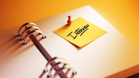 comunicacion oral: Primer plano de color amarillo nota pegarlo en una configuraci�n de una cita cuaderno. La Entrevista palabras escritas en un cuaderno en blanco para que le recuerde una cita importante.