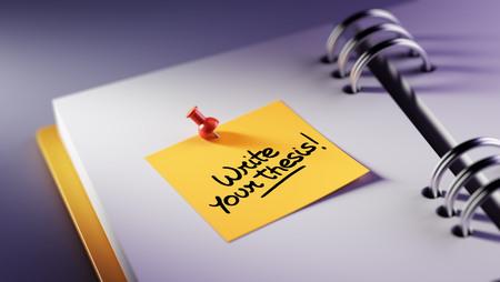 Primer plano de color amarillo nota pegarlo en una configuración de una cita cuaderno. Escribir las palabras de su tesis escrita en un cuaderno en blanco para que le recuerde una cita importante.