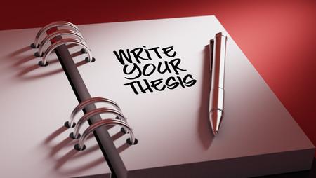 hipotesis: Primer plano de una fijación de una fecha importante escribir con la pluma agenda personal. Escribir las palabras de su tesis escrita en un cuaderno en blanco para que le recuerde una cita importante.