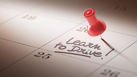 Conceptenbeeld van een Kalender met een rode duwspeld. Close-up shot van een thumbtack in bijlage. De woorden Leer om te drijven geschreven op een wit notitieboekje om u een belangrijke benoeming te herinneren.
