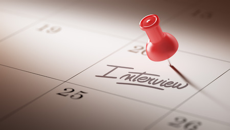 comunicacion oral: Concepto de imagen de un calendario con un alfiler rojo. El primer tiró de una chincheta adjunto. La Entrevista palabras escritas en un cuaderno en blanco para que le recuerde una cita importante. Foto de archivo