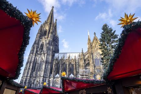 ケルン大聖堂下の広場でクリスマス マーケットから見た。