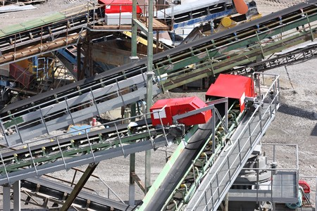 transportador: Transportadores de cinta y equipos de miner�a en una cantera