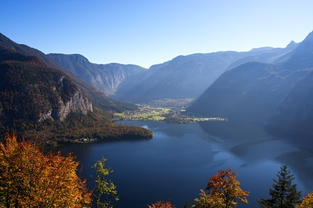 Mountain lake in Austria, Hallstattersee 스톡 콘텐츠