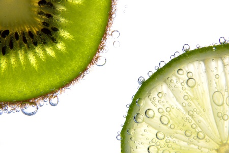 Lemon and kiwi slices with bubbles