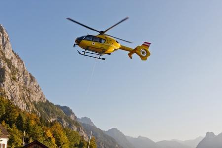 evacuacion: Amarillo emergencia helic�ptero en los Alpes austr�acos, Traunsee, Austria