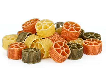legumbres secas: Pastas secas de colores sobre fondo blanco