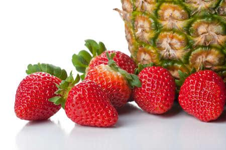 comida rica: Frutas aisladas - fresas y piña Foto de archivo