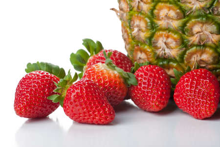 Frutas aisladas - fresas y piña