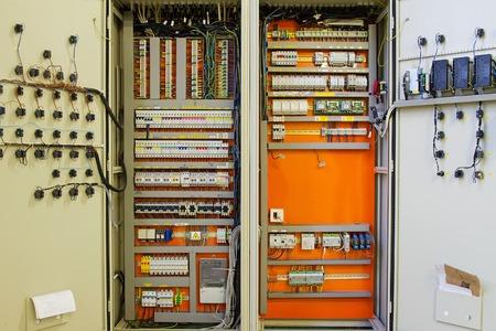 Elektriciteitsdistributie doos met draden en schakelaars zekeringkast