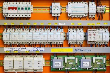 panel control: Panel de control con contadores estáticos de energía y disyuntores se fusionan