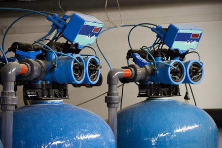 Los filtros de agua para eliminar el hierro, junto con tanques Foto de archivo