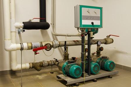 tuberias de agua: Las tuber�as de agua en la sala de calderas y motores el�ctricos