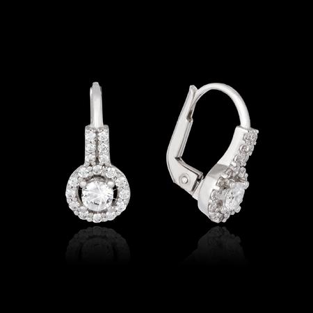 aretes: Pendientes de oro blanco con diamantes aislados sobre el fondo negro Foto de archivo